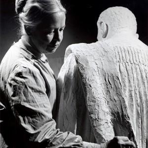 Sylvia Daoust, travaillant au plâtre de ''Édouard-Montpetit'', 1966-1967. Photo : H.Frankel.