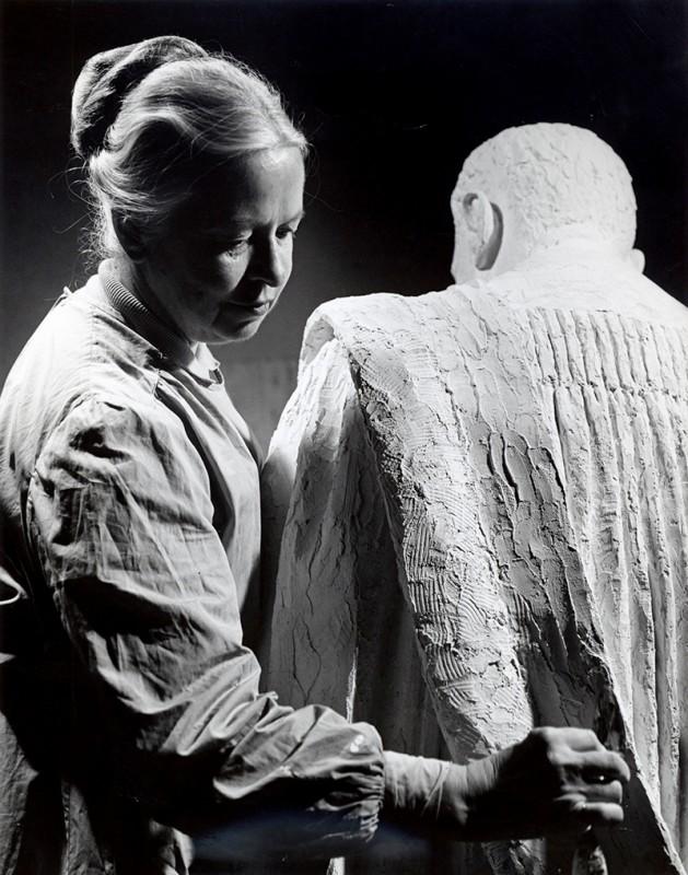 Sylvia Daoust, travaillant au plâtre de ''Édouard-Montpetit'', 1966-1967. Photo : H. Frankel.