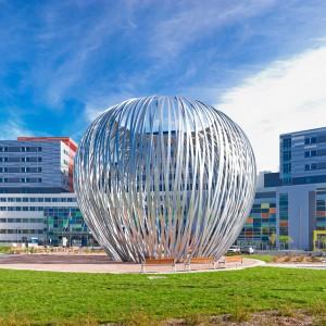 Linda Covit, Havre,2014. Aluminium peint, lumières, programmation. 13 m x 15,75 m diamètre, lampadaires : 51 x 122 x 122 cm. CUSM, Montréal. Photos : Marc Cramer.