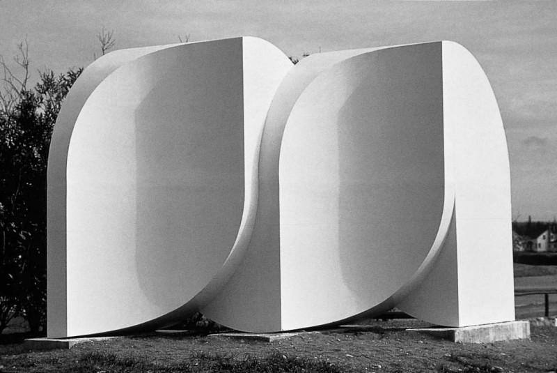 Lisette Lemieux, Sculpture modulaire, 1975. Fibre de verre. 1,2 x 3,6 x 1,2 m. Photo : Pierre Gagné
