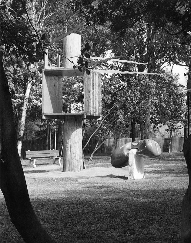 Pierre Bourgault, Cabane dans un arbre avec téléphone, 1970. Bois. Photo : Krieber.