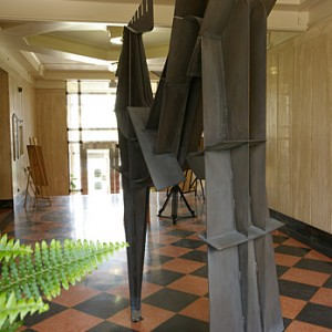 Louis Archambault, Hommage à Asclepios, 1985. Bronze. 240 x 60 x 120 cm. Collection de l'Université de Montréal.