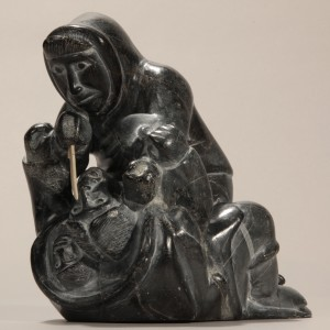 Davidialuk Alaasuaq Amittuk, sans titre, 1961. Pierre, stéatite; andouiller, caribou, 20 x 127 x 11 cm. Collection d'art inuit du Nunavik. Photo © Institut culturel Avataq.