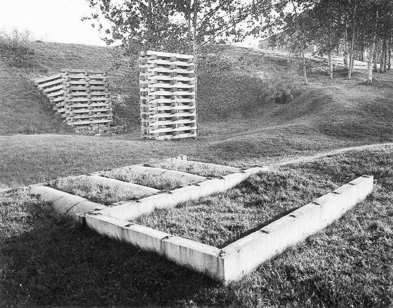 Michel Goulet, Complément axial, 1980. Béton, bois, pierre. Photo : Daniel Dutil.