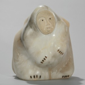 Iyaituk, Mattiusi Manukuluk, An old gray haired female Shaman turning into a polar bear, c1993. Pierre, albâtre; os, baleine; encre (de Chine),   25,5 x 23,5 x 26 cm. Collection d'art inuit du Nunavik. Photo © Institut culturel Avataq.