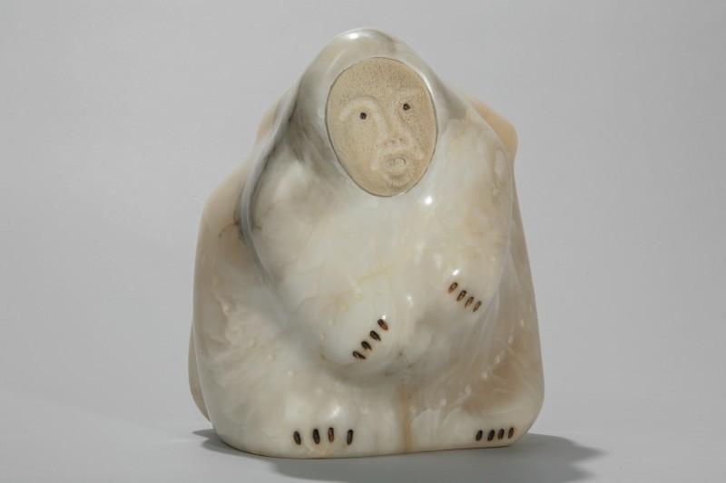 Iyaituk, Mattiusi Manukuluk, An old gray haired female Shaman turning into a polar bear, c1993. Pierre, albâtre; os, baleine; encre (de Chine),   25,5 x 23,5 x 26 cm. Collection d'art inuit du Nunavik. Photo © Institut culturel Avataq.