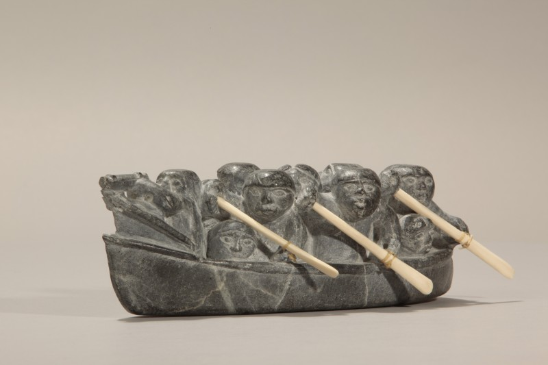 Joe Talirunnilik, sans titre,  ca1966. Pierre, stéatite; ivoire; tendon, 7,5 x 10 x 24 cm. Collection d'art inuit du Nunavik. Photo © Institut culturel Avataq.