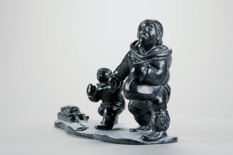 Peter Boy Qumaaluk Ittukallak, sans titre, 2005. Pierre, stéatite, 25 x 14,5 x 40 cm.  Collection d'art inuit du Nunavik. Photo © Institut culturel Avataq.
