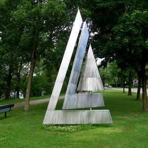 Jean-Jacques Besner, Voile 1, 1990. Acier inoxydable, éléments cinétiques.  274 x 488 cm. Parc Albert-Brosseau, Montréal-Nord. Photo avec l'aimable autorisation de l'artiste.