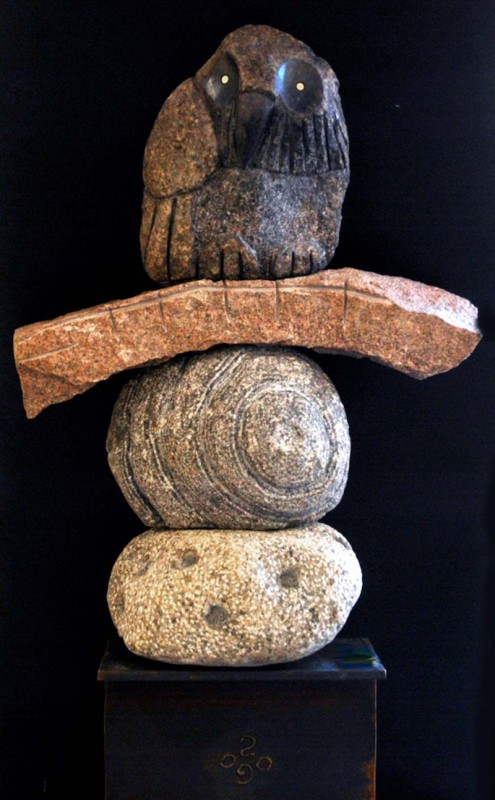Jean Bisson Biscornet, Le pêcheur, 2009. Anorthosite de Morin, pierres natives,  granit rose, acier et laiton, 30 x 40 x 150 cm. Photo : Louise Julien.