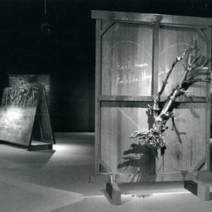 Réal Calder,  Temps de détresse , 2007. Huile sur toile, ciseaux et arbre. 210 x 180 x 40 cm. Photo : avec l'aimable autorisation de l'artiste.
