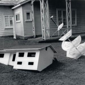 Thomas Corriveau,  Monique Corriveau , 1996. Sérigraphie sur aluminium émaillé. acier, bois peint. Photo : Patrick Altman.