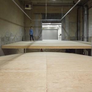 Alexandre David, L'un sur l'autre, 2013. Bois, contreplaqué, acier, 732 x 1370 x 732 cm. Photo © : Guy L'Heureux.