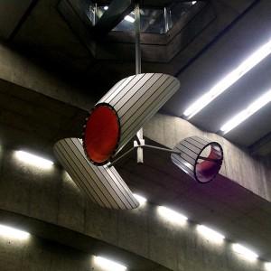 Jacques de Tonnancour, Sculpture, 1980. Aluminium, acier peint et acier inoxydable. Station de métro Place-Saint-Henri, Montréal. Photo: Alexandre Nunes.