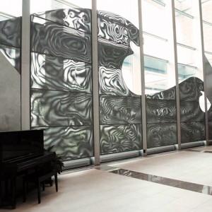 Denis LeBel, L'onde et la source, 1992. Acier inoxydable. 1500 x 600 cm. Théâtre de Baie-Comeau, Baie-Comeau. Photo: Catherine Lebel Ouellet.