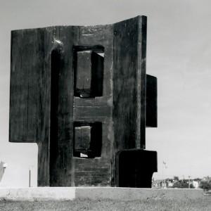 Pierre-Roland Dinel, Planète terre, 1975. Bois. 304 cm (H). Photo : Perry Gagné.