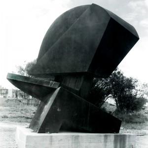 André Geoffroy, Sans titre, 1975. Acier corten. 385 cm (H). Photo : Perry Gagné.