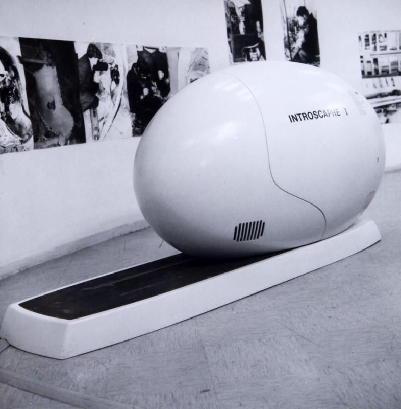 Edmund Alleyn, Introscaphe, 1968-1970. Bois, fibre de verre, peinture, circuits électriques et électroniques, systèmes de projection et autres matériaux. 155 x 330 x 113 cm. Photo : Succession Edmund Alleyn.
