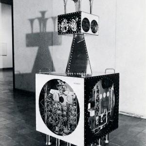 Jean-Claude Lajeunie, L'émissaire, 1966. Acier peint, acier chromé, plexiglass, engrenages et circuits électriques.166 x 64 x 64 cm.