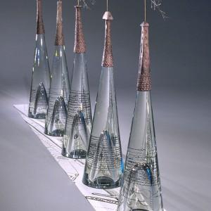 Michèle Lapointe, Comme une rivière qui transperça la ville, 2002. Verre, argile, branches, carte d'archives. 80 x 160 x 22 cm. Photo : Michel Dubreuil.