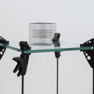 Martin Boisseau, Précarité formelle 15 x 15 x 15 cm (1), 2015. Graphite, verre, serres à coulisse, 127 x 71 x 71 cm, Atelier Graff. Photo : Richard Max Tremblay .