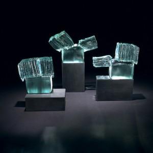 Élisabeth Marier, Groupe sur la place, 2003. Verre et plomb. 20 x 40 x 30 cm. Photo : Michel Dubreuil.
