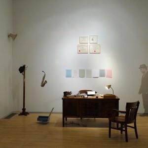 Daniel Olson, Private Investigation,1998. Mobilier, diplômes, fournitures de bureau, livres d'artiste, objets sonores, bande sonore, complet et chapeau. Photo: Daniel Roussel.