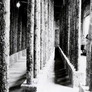 Brigitte Radecki,  Maison longue,  1979-1980. Bois, ciment, miroir. 1371 x 274 x 335 cm. Photo: Dieter Radecki.