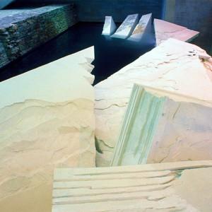 Astri Reusch,  La Débâcle, 1988. Béton blanc armé, agrégat de calcite, billes de verre. Photo avec l'aimable autorisation de l'artiste.