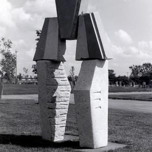 Dominique Valade,  L'Entretoise,  1984. Granit. Longueuil. Photo: Linda Brabant.