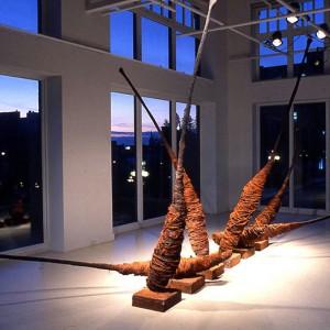 Bill Vincent,  Pod Project, 1996. Toile, goudron, terre de sienne, bois, béton, broche de fer. 250 x 50 x 50 cm. Photo: Yvan Binet.