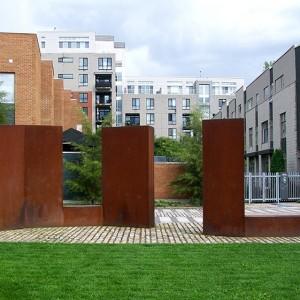 Jocelyne Alloucherie, Porte de jour, 2004. Plaques de métal d'acier intempérique. Square Dalhousie, Vieux-Montréal. Photo: Alexandre Nunes.