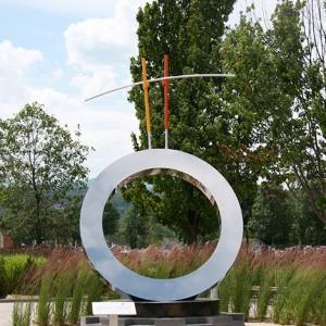 Danielle April, L'Équilibre précaire, 2009. Aluminium, acier inoxydable, granit Péribonka, capteur solaire, DEL, fibre optique. 300 x 300 x 400  cm. Parc du citoyen, Baie-St-Paul.  Photoavec l'aimable autorisation de l'artiste.