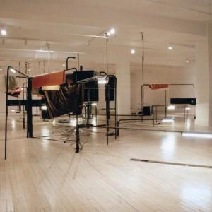 Michel Archambault, Where is Julian, 2007. Acier, caoutchouc, néon, peinture, plexiglas, systèmes sonores, textiles, vinyle. 3 x 13 x 9,15 m. Photo : Louise de Lorme.