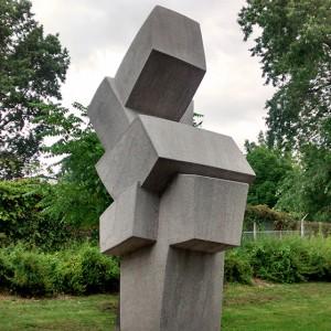 Denise Arsenault, Discour du roi poète, 1982. Pierre calcaire. Monument à la mémoire de Roland Proulx. Place Roland-Proulx, Montréal. Photo: Alexandre Nunes.