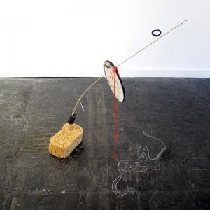 Michèle Assal, Petite fragilité # 2, 2012. Assemblage et dessin au sol. 100 x 100 x 75 cm. Photo avec l'aimable autorisation de l'artiste.