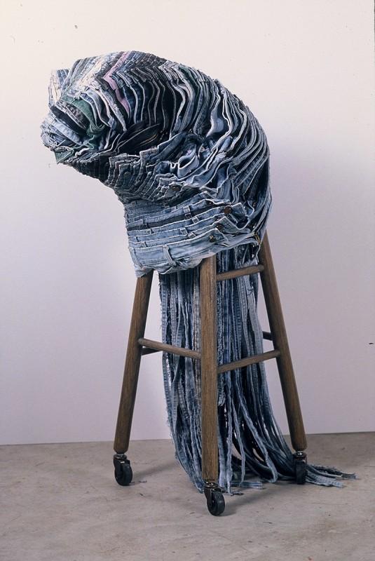 Carole Baillargeon, L'arbre est dans ses feuilles, Élément 1, 1995-2002. Jeans modifiés et assemblés au point de boutonnière, base de tabouret, roulettes. 97 x 49 x 49 cm. Photo: Michel Gauvin.