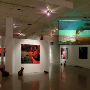 Bonnie Baxter, Rewind, 2005. Impressions digitales, projections vidéo, gravures et impressions sur bois, métal, plexi, écrans LCD. Photo : Lucian Lisabelle.