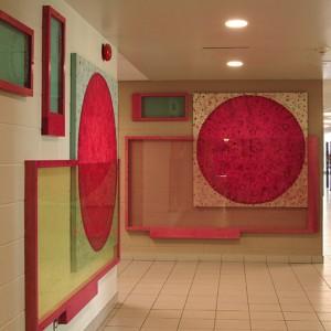 Claire Beaulieu, Un monde en soi, 2010. Acrylique sur toile, verre sablé, bois teint, dimension variable. Children's World Academy, Lasalle. Photoavec l'aimable autorisation de l'artiste.