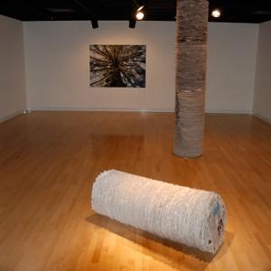 Lorraine Beaulieu, Nouvelles recyclées, 2009. Papiers journaux et tiges de métal. 290 x 52 cm et 122 x 52 cm. Photo avec l'aimable autorisation de l'artiste.