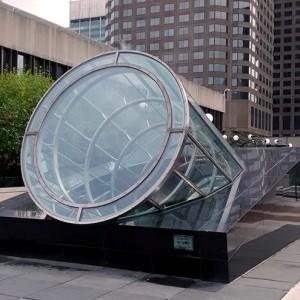 Claude Bettinger, L'artiste est celui qui fait voir l'autre côté des choses, 1992. Granit, acier inoxydable, verre, miroirs.  520 x 130 x 625 cm. Place des Arts, Montréal. Photo : Alexandre Nunes.