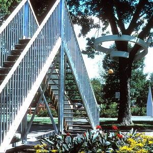 Gilles Bissonnet, L'espace vide / Square Dézéry, 2001. Aluminium, bois, éléments sonores, système de détection de mouvements, enregistreur vocal, fontaine et eau. Photo avec l'aimable autorisation de l'artiste.