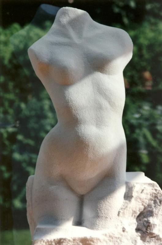 Cynthia Heuser Rousselle, Blanche, 1995. Marbre. 143 x 50 x 30 cm. Photo de l'artiste.
