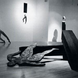 Denise Bouchard, Contrainte par corps #5 , 1990. Poutre, bois, papier. 160 x 75 cm. Photo : Nicolas Gauthier.