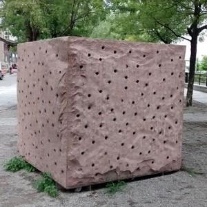 Gilbert Boyer, Mémoire ardente, 1994. Granit rose, acier inoxydable. Rue De La Commune, Vieux-Montréal. Photo : Alexandre Nunes.
