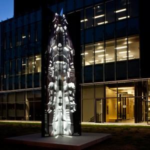 Marie-France Brière, Figures en lisières, 2011. Marbre, acier inoxydable, granit, lumière. 635 x 390 x 390 cm. Université Concordia, pavillon génomique, Campus Loyola, Montréal. Photo : Michel Dubreuil.
