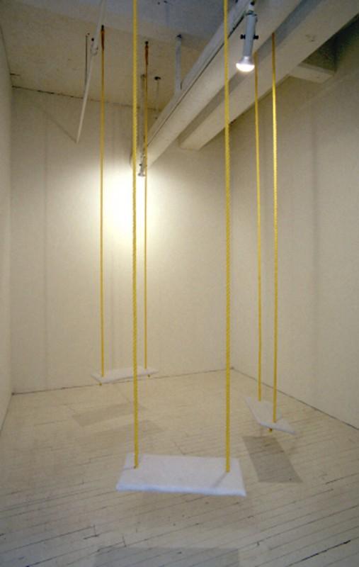 Joceline Chabot, Zones tampons (courtoisie), 1997. Feutre, corde, bois. 3m x 33cm x 55cm. Skol, Montréal. Photo avec l'aimable autorisation de l'artiste.