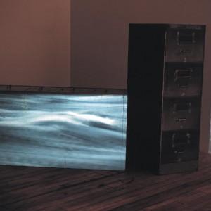 Josée Bernard, Comme des îles, 1991, classeurs et projection de film 16mm en boucle,  2mx2mx2m. Photo avec l'aimable autorisation de l'artiste.