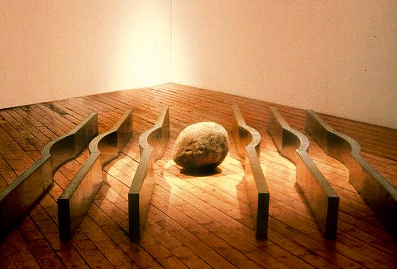 Jacques Coulombe, Ruisseau II, 1989. Tôle galvanisée et pierre de rivière. 200 x 300 x 50 cm. Photo avec l'aimable autorisation de l'artiste.