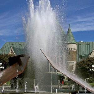 Charles Daudelin, Éclatement II, 1998. Acier corten, bordure du bassin en granite. 540 x 720 cm. Place de la gare du Palais, Québec. Photo : Éric Daudelin.